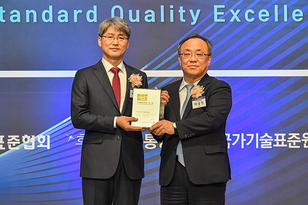 Delkor_News_Article_AwardReceivingShot_Yonghwan_Park.jpg